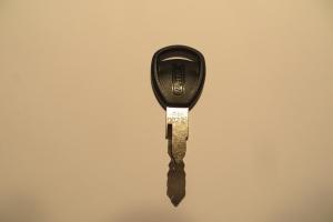 8N Sleutel + sleutelnummer in de sleutel gegraveerd
